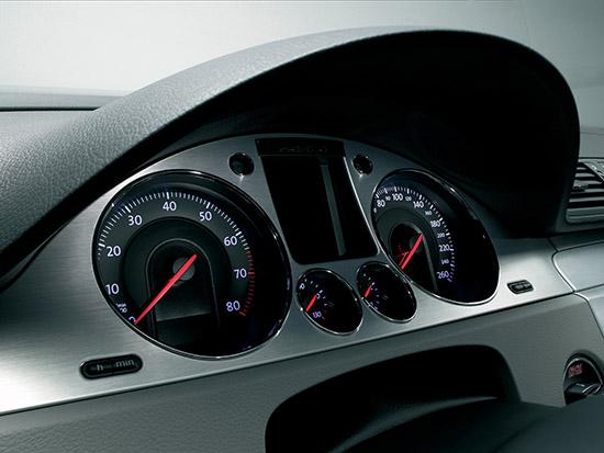 小小的仪表盘包括了发动机转速表,时速表,里程表