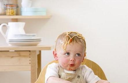 妙招解决宝宝吃饭小麻烦 妈妈不再烦恼