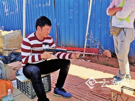 昆明摊贩当街卖橡皮枪 能打碎酒瓶打穿彩钢瓦