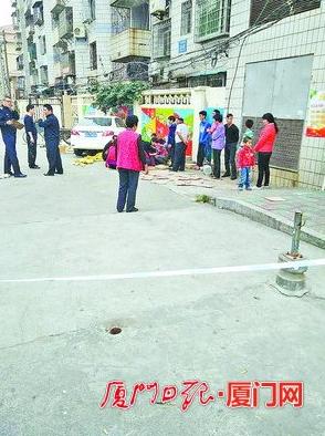 40岁女司机驾小轿车冲破护栏 厦门老人被撞身亡