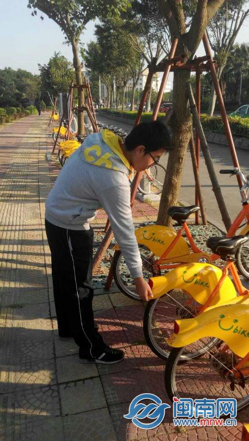 遇到没放正的自行车,他都会上前摆正。.jpg