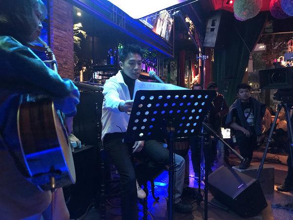 俞灏明酒吧嗨唱《告白气球》