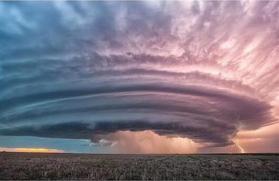 摄影师拍雷暴云在网上流传:壮观似原子弹爆炸(图)