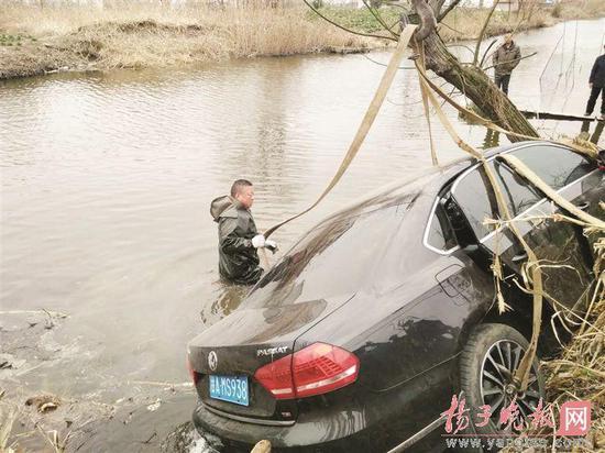 小伙开车载父母不慎坠河 村民们救起三人