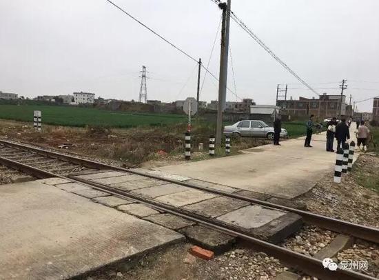惠安发生惨烈车祸 火车撞上小车造成2死1伤