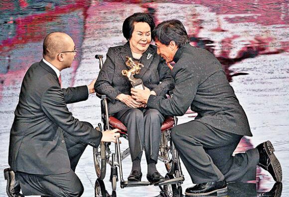 两届金马影后李丽华辞世 成龙曾下跪颁奖