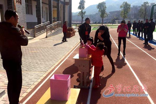 济村中心学校为车祸学生家庭献爱心
