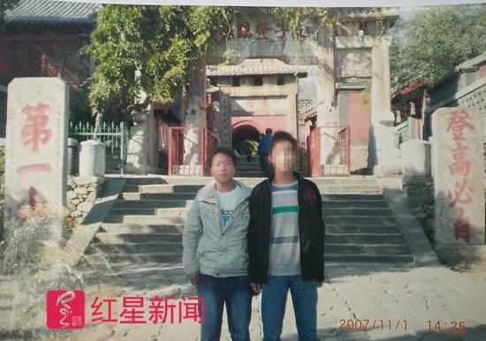 ▲武汝元2007年11月在泰山和同学邱某拍摄的照片 受访者供图