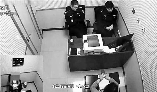 下图:李某某接受民警调查。