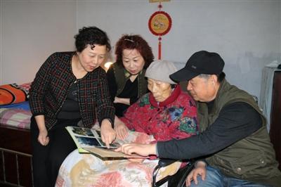 6兄妹照料9旬母亲 16年30万字护理日记令人泪目