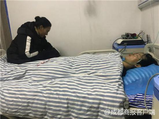 宁某旺在理塘医院的病床上,阿哲等好心人正在照顾他。