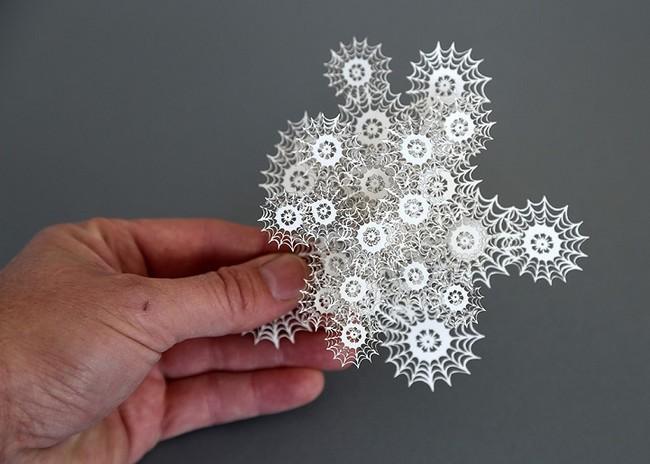 艺术家创作的三维剪纸