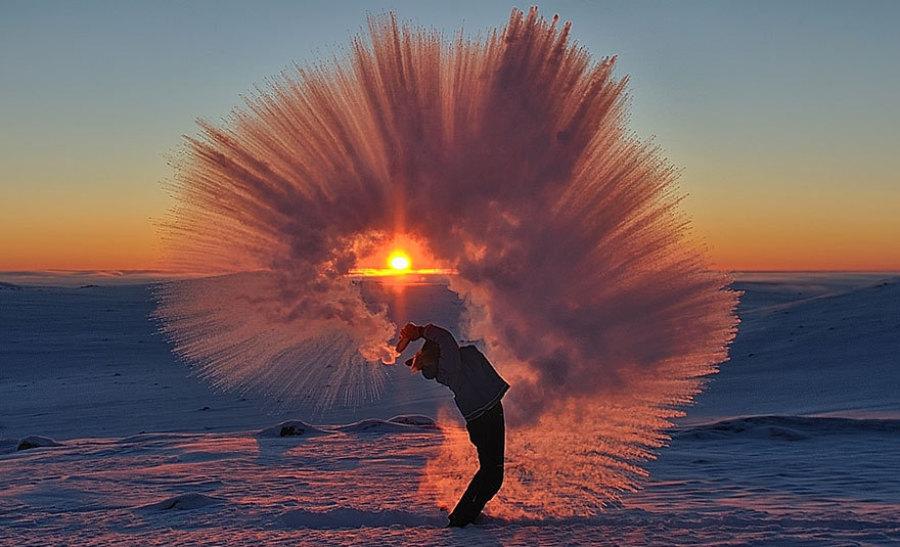 摄影师自制惊艳冰彩虹 零下35度抛洒热水