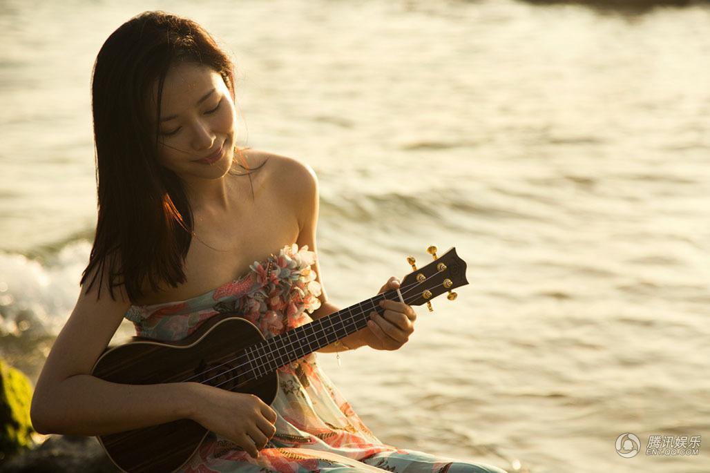 江一燕素颜拍写真 海滩上弹吉他显文艺