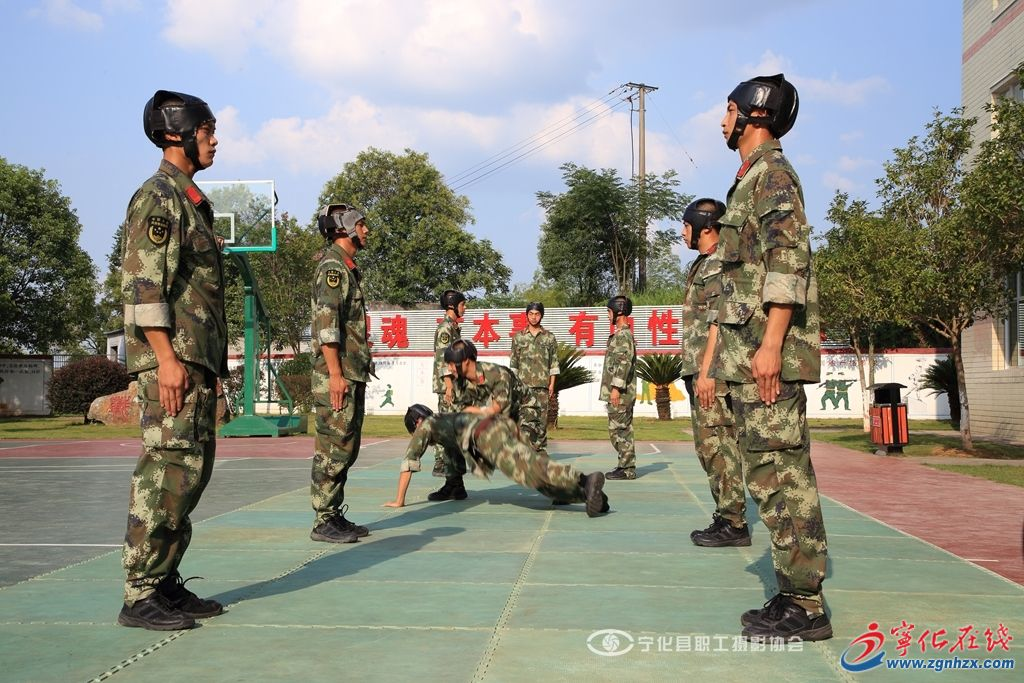 在烈日下训练的武警战士