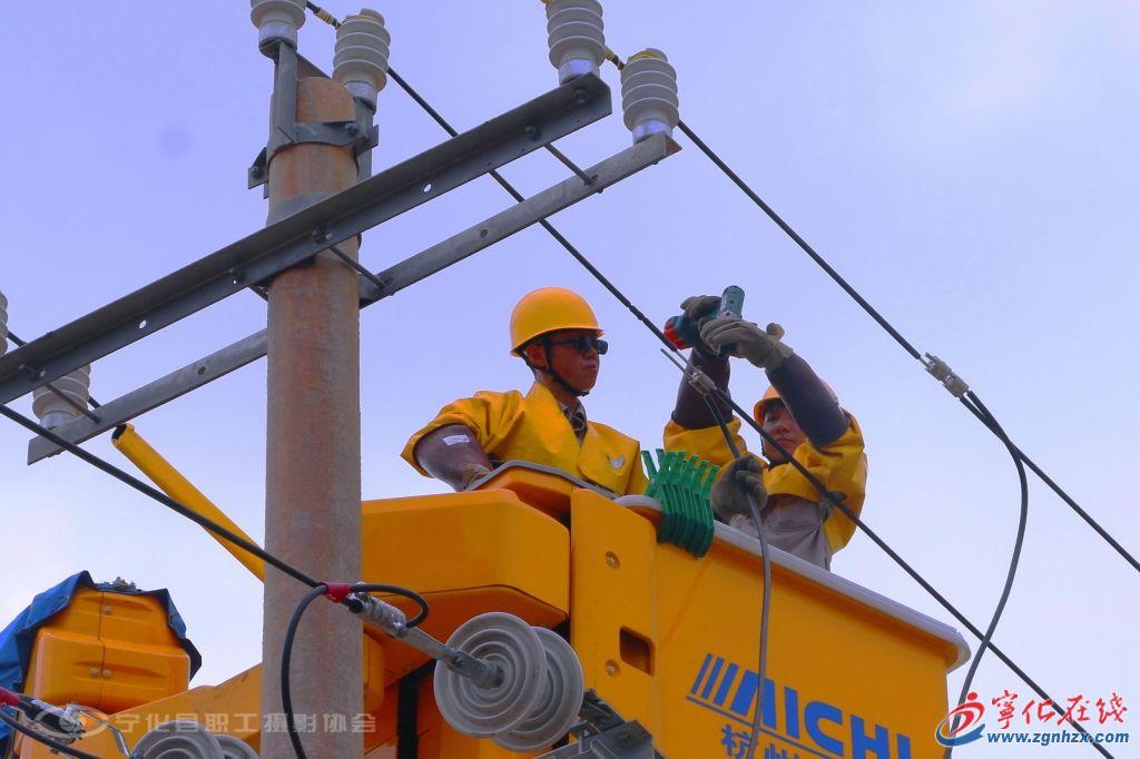 在银线飞梭的电力工人