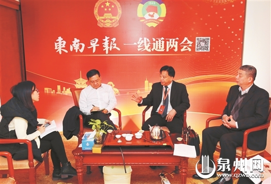 李伯群(左二)、魏文枢(右二)、姚洪峰(右一)畅谈古城保护与发展