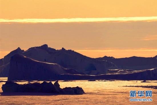美麗的南極(ji)午(wu)夜冰(bing)山